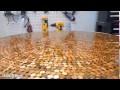 Il recouvre une table de pièces de monnaies...le résultat est époustouflant