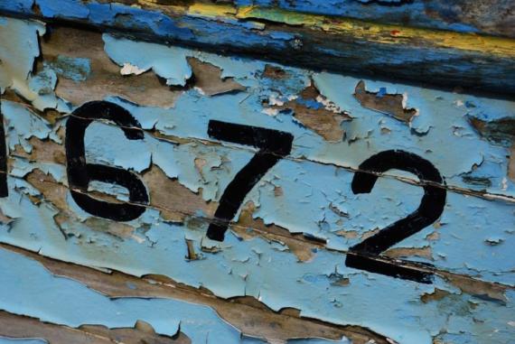 Photo peinture coque craqueler matricule bateau - Peinture coque bateau ...