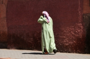 photo personnages marrakech femme mur gerard vouillon : Djellaba