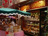 Eventaire de fromages devant une fromagerie, Via Pessina, Lugano, Tessin, Suisse - Stephen Saks