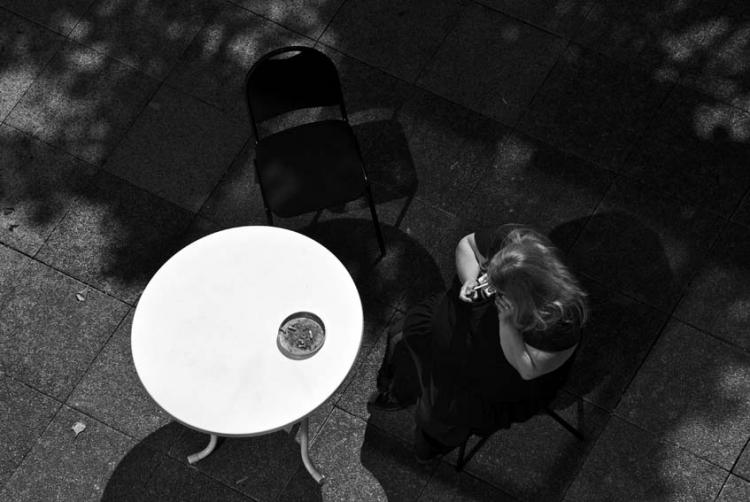 PHOTO terrasse - Femme en noir