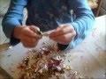 Recycler les papiers brillants des papillotes pour décorer le sapin de Noël