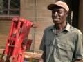 Un homme combat la pauvreté en construisant une maison en terre