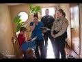 La Police Tape À Sa Porte Pour Parler À Son Fils, Lorsqu'elle Découvre Pourquoi, Elle Pleure