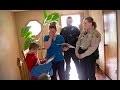 Quand la police frappe à sa porte pour son fils, elle pleure lorsqu'elle comprend pourquoi