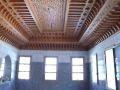 Plafond artisanal marocain en bois sculpté