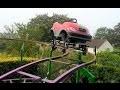 Insolite : Il fabrique des montagnes russes dans son jardin