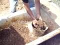 Fabrication de brique de terre crue compressée (BTC).