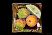 photo fruits fruit noir morte plat : Faux fruits sur un plat